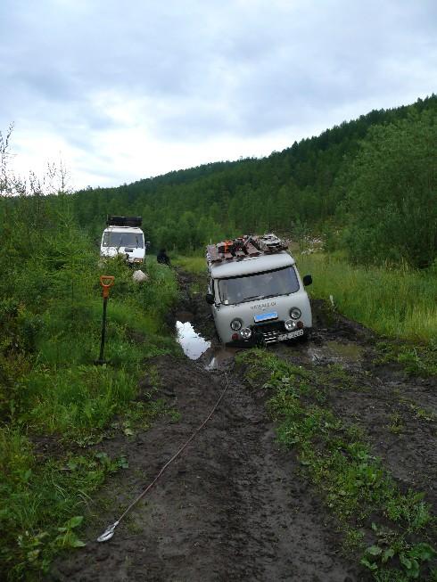 Purvainais līdzenums pēc Ulug upes šķērsošanas, kurā iestieg UAZ