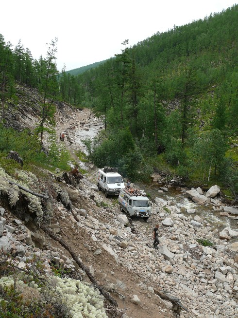 Pēc akmeņu nogruvuma atjaunotais ceļš kalnos