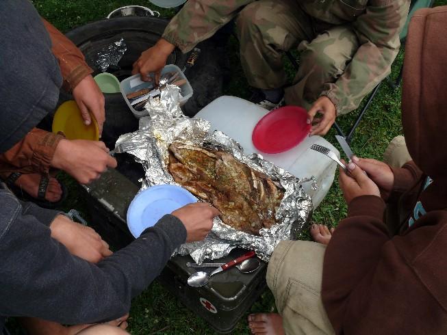Gardās pusdienas, kurās ugunskurā tika pagatavotas 22 alatas